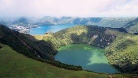 Летающ над Boca сделайте ад, Lagoa Verde и Lagoa Azul - озера в кратерах Sete Cidades вулканических на острове San Miguel видеоматериал