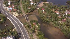 Летающ трутень над побережьем и острова на океане на зоре сток-видео