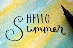 ` ЛЕТА ` ЗДРАВСТВУЙТЕ! рук-lettered на summery предпосылке акварели Стоковое Изображение