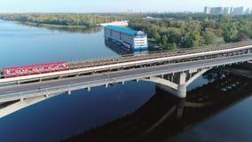 Летите около метро на мосте акции видеоматериалы