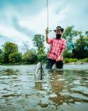 Летите рыбная ловля для форели Рыбная ловля в реке Улавливает рыбу Улавливать большую рыбу с удя поляком Летите рыбная ловля - ме стоковая фотография