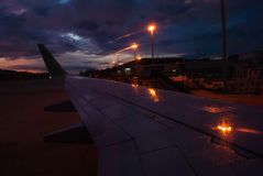 Летите самолет на взлётно-посадочная дорожка прежде чем солнце поднимает стоковое изображение