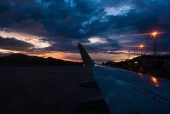 Летите самолет на взлётно-посадочная дорожка прежде чем солнце поднимает стоковые фотографии rf