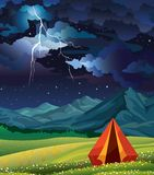 Летнего лагеря - шатер, трава, гора, молния и ночное небо иллюстрация вектора