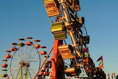 Летнее время, колесо Ferris, заход солнца, потеха, ярмарка стоковые изображения