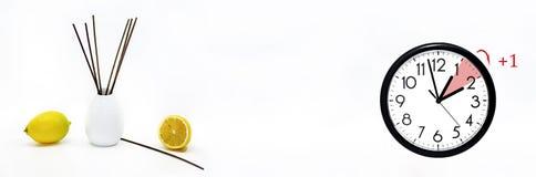 Летнее время DST Настенные часы идя к зимнему времени стоковое изображение