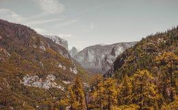 Летние каникулы в национальном парке Yosemite Fairy долина Yosemite осени Стоковое фото RF