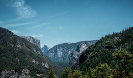 Летние каникулы и перемещение к США Долина Yosemite и половинный купол трясут в лете Стоковое Изображение RF
