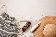 Летние каникулы на положении квартиры концепции взморья Взгляд сверху раковин аксессуаров и моря пляжа Стоковое Фото