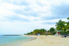 Летние каникулы пляжа с белым песком тропического острова карибские стоковое изображение