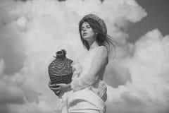 Летние каникулы, праздники и торжество Концепция путешествия винодельни Девушка с плетеной бутылкой вина на облачном небе стоковое изображение
