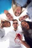Летние каникулы, счастливые люди - группа в составе подростки смотря вниз с счастливой улыбкой на его стороне Стоковые Фотографии RF