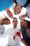 Летние каникулы, счастливые люди - группа в составе подростки смотря вниз с счастливой улыбкой на его стороне Стоковое фото RF