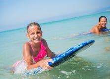 Летние каникулы - девушки серфера. Стоковое Изображение