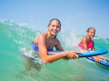 Летние каникулы - девушки серфера. Стоковое Изображение RF