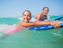 Летние каникулы - девушки серфера. Стоковая Фотография RF