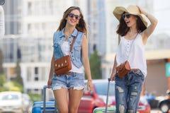 Летние каникулы к красивым женщинам путешествуя автомобилем Стоковые Фотографии RF