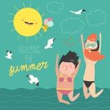 Летние каникулы потехи Пары молодые люди, человека и женщины скачут на предпосылку моря Стоковое фото RF