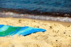 Летние каникулы. Пустая циновка голубого зеленого цвета на пляже стоковая фотография rf