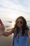 Летние каникулы пляжа девушки, молодая женщина принимают заход солнца фото Selfie Стоковое Изображение