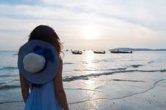 Летние каникулы пляжа женщины, вид сзади задней части захода солнца моря маленькой девочки Стоковые Фото