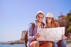Летние отпуска, датировка и концепция туризма - усмехаясь пара в солнечных очках с картой в городе стоковое фото rf