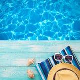Летние отпуска в Seashore пляжа Темповые сальто сальто лета аксессуаров моды, шляпа, солнечные очки на яркой бирюзе всходят на бо стоковые фото