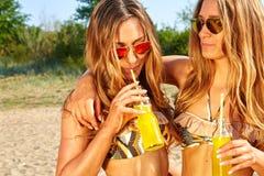 Летние отпуска и каникулы, девушки в бикини Стоковое Изображение