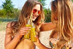 Летние отпуска и каникулы, девушки в бикини Стоковое Фото