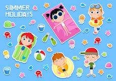 Летние отпуска - прелестный установленный стикер - дети и элементы партии пляжа иллюстрация штока