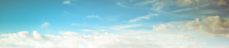 Летний день атмосферы красоты неба ясный стоковые фото