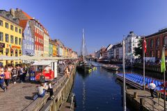 Летний день в Nyhavn, Копенгагене, Дании - августе 2016 Стоковые Фотографии RF