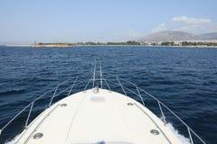 Летний день конец отключения на яхте приходя назад к Афинам, порту Glyfada, Греции Стоковые Фото