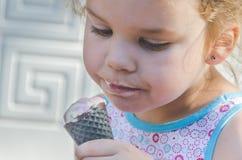 Летний день ребенка есть мороженое Стоковые Изображения