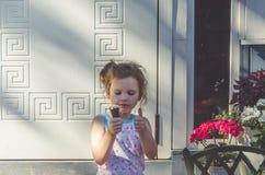 Летний день ребенка есть мороженое Стоковое фото RF