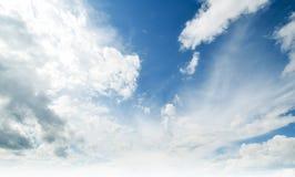 Летний день атмосферы красоты неба ясный стоковое изображение