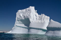 Летний день большого айсберга солнечный с побережья Стоковые Изображения RF