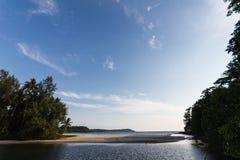 Летний день в ландшафте острова и леса и голубого неба стоковая фотография rf