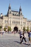 Летний день в июле красной площади Москвы магазина государственного департамента стоковое изображение rf