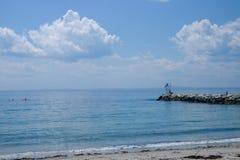 Летний день на моле на пляже Kennebunkport в Мейне с k Стоковые Фотографии RF