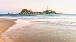 Летний день пляжа бортовой 100 лет старого маяка Стоковые Изображения