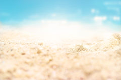 Летний день пляжа песка моря и предпосылка природы, мягкий фокус