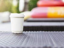 Летний отпуск запачканный бумагой внешний Backgound кофейной чашки стоковые изображения rf