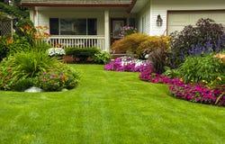 лето весны сада manicured домом Стоковые Фотографии RF