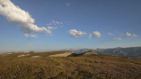 Лето в горах Кавказа Образование и движение облаков над пиками гор акции видеоматериалы
