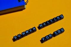 Лето ждать вас на деревянных блоках концепция дела на оранжевой предпосылке стоковые изображения