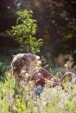 лето зеленого цвета травы девушки дня ослабляя Стоковая Фотография