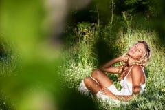 лето зеленого цвета травы девушки дня ослабляя Стоковые Фото
