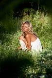 лето зеленого цвета травы девушки дня ослабляя Стоковые Изображения