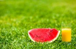 Лето и свежая тема: красный зрелый арбуз куска стоковые изображения